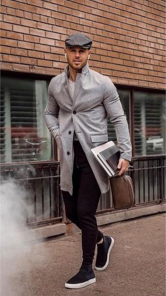 Cómo combinar: abrigo largo gris, jersey con cuello circular gris, pantalón de chándal negro, zapatillas altas de lona negras