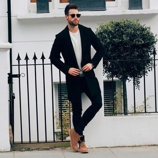Cómo combinar: abrigo largo negro, jersey con cuello circular en beige, vaqueros pitillo negros, botas safari de ante marrónes