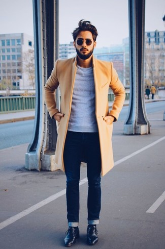 Considera ponerse un abrigo largo y unos vaqueros pitillo azul marino para el after office. ¿Te sientes ingenioso? Dale el toque final a tu atuendo con zapatos derby de cuero negros.