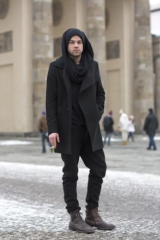 Cómo combinar: abrigo largo negro, jersey con cuello henley negro, pantalón chino negro, botas casual de cuero en marrón oscuro