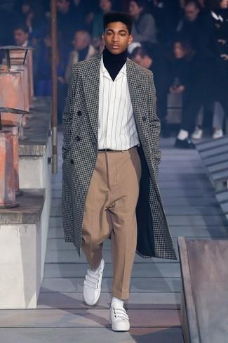 Cómo combinar: abrigo largo a cuadros en negro y blanco, jersey de cuello alto negro, camisa de manga larga de rayas verticales blanca, pantalón de vestir marrón claro