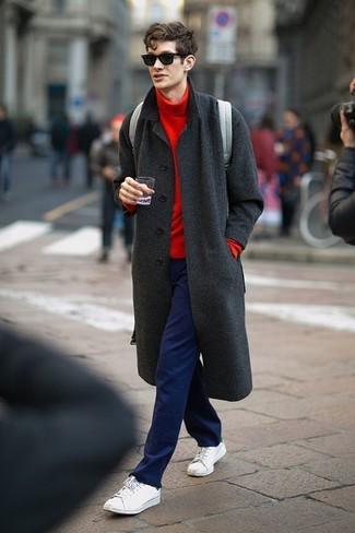 Haz de un abrigo largo gris oscuro y un pantalón chino azul marino tu atuendo para el after office. Tenis blancos añadirán interés a un estilo clásico.