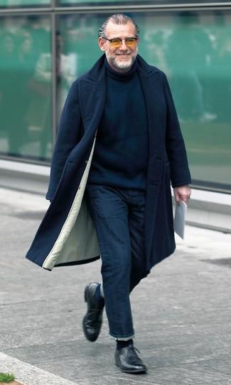 Ponte un abrigo largo negro y unos vaqueros azul marino para crear un estilo informal elegante. Con el calzado, sé más clásico y complementa tu atuendo con zapatos derby de cuero negros.