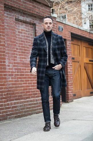 Emparejar un abrigo largo de tartán azul marino con unos vaqueros azul marino es una opción buena para un día en la oficina. Agrega zapatos derby de cuero marrón oscuro a tu apariencia para un mejor estilo al instante.