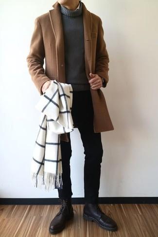 Cómo combinar: abrigo largo marrón, jersey de cuello alto en gris oscuro, vaqueros pitillo negros, botas formales de cuero negras