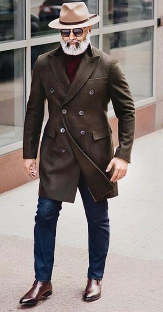 Cómo combinar: abrigo largo en marrón oscuro, jersey de cuello alto burdeos, vaqueros pitillo azul marino, botines chelsea de cuero en marrón oscuro