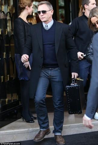 Look de Daniel Craig: Abrigo Largo Negro, Jersey de Pico Azul Marino, Camisa de Vestir Gris, Vaqueros Azul Marino
