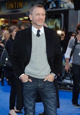 Look de Daniel Craig: Abrigo Largo Negro, Jersey de Pico Gris, Camisa de Vestir Blanca, Vaqueros Azul Marino