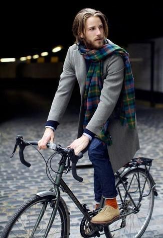Ponte un abrigo largo gris y unos vaqueros azul marino para el after office. ¿Por qué no añadir botas safari de ante en beige a la combinación para dar una sensación más relajada?