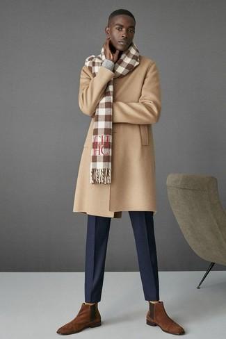 Cómo combinar: abrigo largo marrón claro, jersey de pico gris, pantalón de vestir azul marino, botines chelsea de ante marrónes