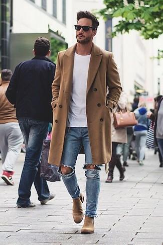 Perfecciona el look casual elegante en un abrigo largo y unos vaqueros desgastados celestes. Botines chelsea de ante marrón claro dan un toque chic al instante incluso al look más informal.