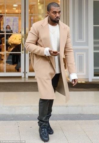 Look de Kanye West: Abrigo Largo Marrón Claro, Jersey con Cuello Circular Blanco, Vaqueros Negros, Zapatillas Altas de Cuero Negras