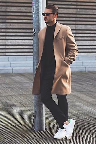 Empareja un abrigo largo junto a un pantalón chino negro para después del trabajo. Para darle un toque relax a tu outfit utiliza tenis de cuero blancos.