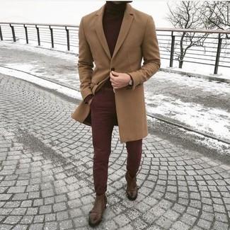 Cómo combinar: abrigo largo marrón claro, jersey de cuello alto burdeos, pantalón chino burdeos, botines chelsea de cuero marrónes