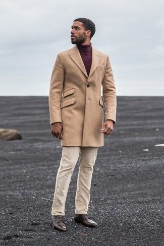 Algo tan simple como emparejar un abrigo largo marrón claro con un pantalón chino beige puede distinguirte de la multitud. Este atuendo se complementa perfectamente con zapatos derby de cuero marrón oscuro.