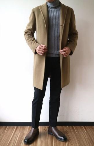 Algo tan simple como optar por un abrigo largo marrón claro y un pantalón de vestir negro puede distinguirte de la multitud. Botines chelsea de cuero marrón oscuro darán un toque desenfadado al conjunto.