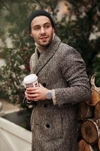 Cómo combinar: abrigo largo de espiguilla marrón, jersey de cuello alto de punto en beige, gorro negro, reloj plateado