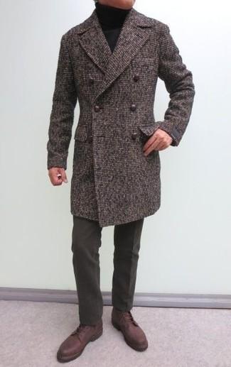 Cómo combinar: abrigo largo marrón, jersey de cuello alto negro, pantalón de vestir de lana en marrón oscuro, botas casual de cuero marrónes