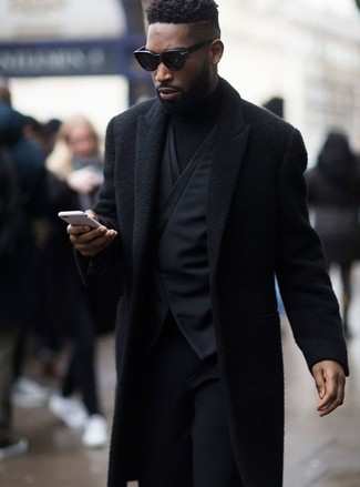 Cómo combinar: abrigo largo negro, chaleco de vestir negro, jersey de cuello alto negro, pantalón de vestir de lana negro