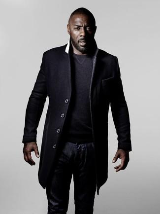 Look de Idris Elba: Abrigo Largo Negro, Jersey con Cuello Circular en Gris Oscuro, Vaqueros Azul Marino