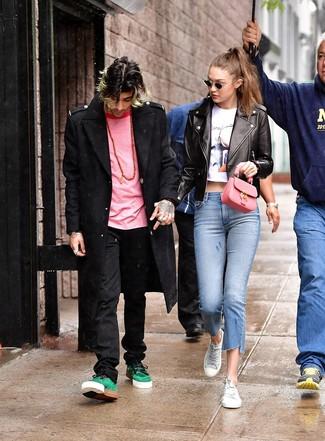 Cómo combinar: abrigo largo negro, jersey con cuello circular rosa, vaqueros negros, tenis verdes