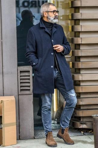 Cómo combinar: abrigo largo negro, jersey de cuello alto negro, vaqueros desgastados azules, botines chelsea de ante marrónes