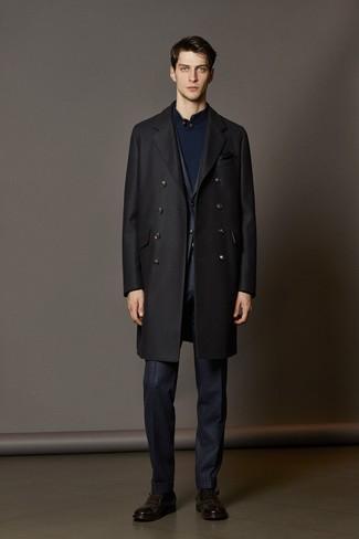 Cómo combinar: abrigo largo negro, traje a cuadros azul marino, jersey de cuello alto de botones azul marino, zapatos con hebilla de cuero en marrón oscuro