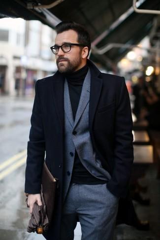 Cómo combinar: abrigo largo negro, traje de lana a cuadros gris, jersey de cuello alto negro, bolso con cremallera de cuero en marrón oscuro