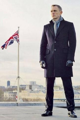 Look de Daniel Craig: Abrigo Largo Azul Marino, Pantalón de Vestir Negro, Botas Formales de Cuero Negras, Bufanda Gris