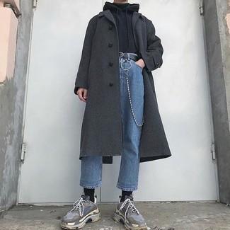 Destaca entre otros civiles elegantes con un abrigo largo gris oscuro y unos vaqueros azules. Deportivas grises darán un toque desenfadado al conjunto.