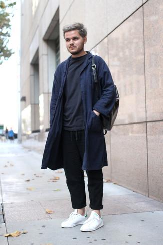 Cómo combinar: abrigo largo azul marino, sudadera negra, pantalón chino de lino negro, tenis de cuero blancos