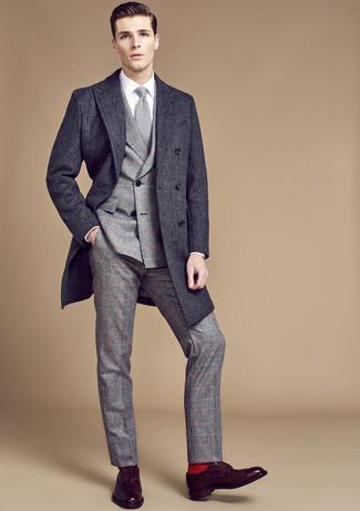 Cómo combinar: abrigo largo en gris oscuro, traje de lana a cuadros gris, camisa de vestir blanca, zapatos derby de cuero en marrón oscuro
