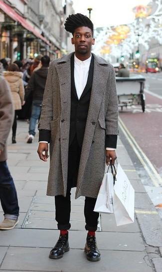 Algo tan simple como optar por un abrigo largo de cuadro vichy gris y un traje negro puede distinguirte de la multitud. Botas casual de cuero negras añadirán interés a un estilo clásico.