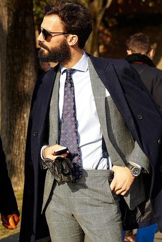 Cómo combinar: abrigo largo azul marino, traje de tartán gris, camisa de vestir blanca, corbata estampada azul marino