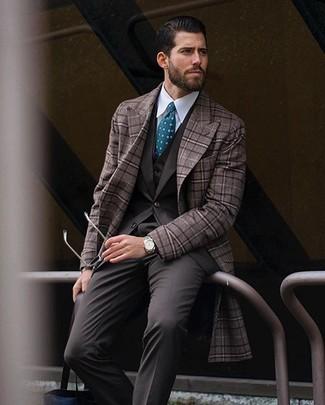 Cómo combinar: abrigo largo a cuadros marrón, traje de tres piezas en marrón oscuro, camisa de vestir blanca, corbata a lunares en verde azulado