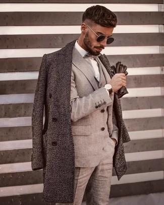 Cómo combinar: abrigo largo de espiguilla gris, traje de tres piezas gris, camisa de vestir blanca, corbatín gris