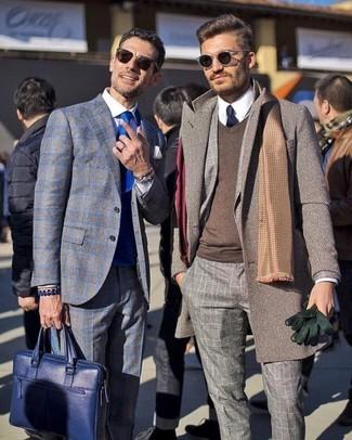 Cómo combinar: abrigo largo marrón, traje de lana a cuadros gris, jersey de pico marrón, camisa de vestir blanca