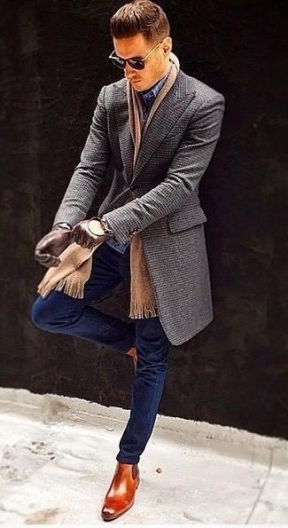 Accede a un refinado y elegante estilo con un abrigo largo gris oscuro de Tommy Hilfiger y un pantalón de vestir a cuadros azul marino. Botines chelsea de cuero en tabaco añadirán interés a un estilo clásico.