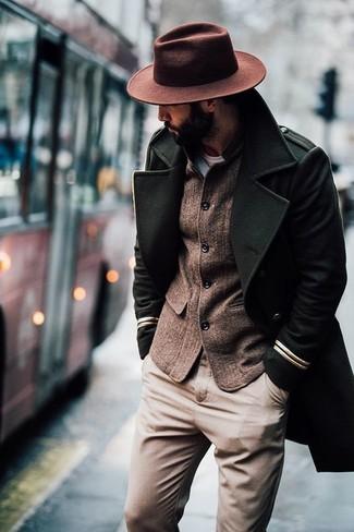 Cómo combinar: abrigo largo verde oliva, blazer de lana marrón, pantalón chino marrón claro, sombrero de lana marrón