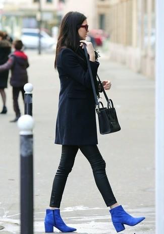 Este combo de una ropa de abrigo azul marino y unos leggings de cuero negros te permitirá mantener un estilo cuando no estés trabajando limpio y simple. Luce este conjunto con botines de ante azules.