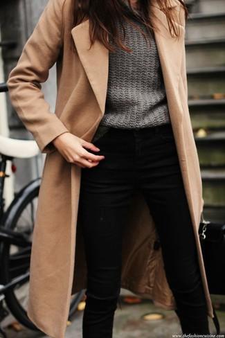Para un atuendo que esté lleno de caracter y personalidad ponte un abrigo marrón claro y unos vaqueros pitillo negros.