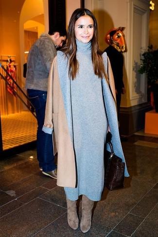 Look de Miroslava Duma: Abrigo Marrón Claro, Vestido Jersey Gris, Botas de Caña Alta de Ante Grises, Bolso de Hombre de Cuero en Marrón Oscuro