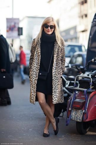 Cómo combinar: abrigo de leopardo marrón claro, vestido jersey negro, bailarinas de cuero negras, bolso bandolera de cuero negro