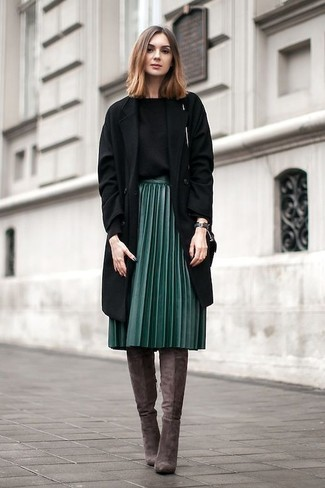 Cómo combinar: abrigo negro, jersey con cuello circular negro, falda midi plisada verde oscuro, botas de caña alta de ante en marrón oscuro