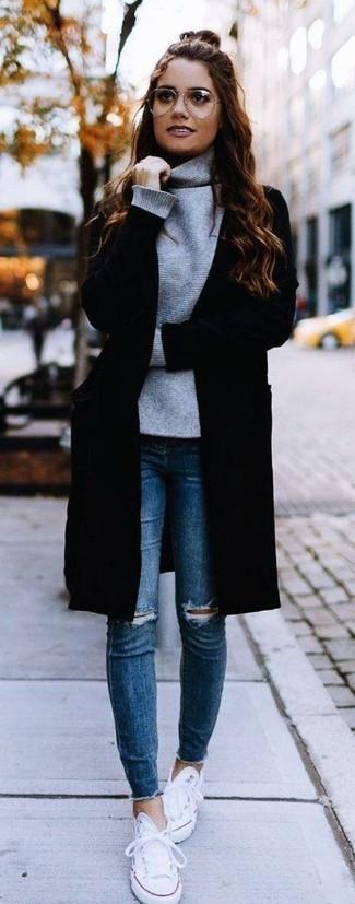 Cómo combinar: abrigo negro, jersey de cuello alto gris, vaqueros pitillo desgastados azules, tenis de lona blancos