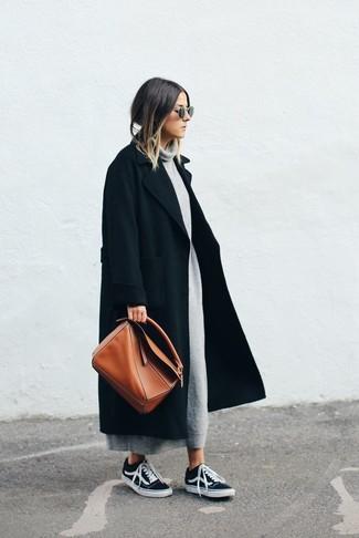 Cómo combinar: abrigo negro, vestido jersey gris, tenis negros, bolsa tote de cuero en tabaco