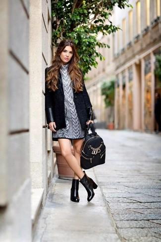 Si buscas un estilo adecuado y a la moda, empareja un abrigo negro con una mochila de cuero negra. Completa el look con botines de cuero negros.