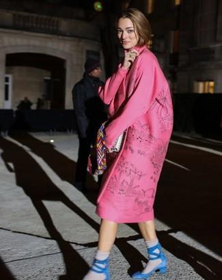 Cómo combinar: abrigo estampado rosado, sandalias de tacón de ante azules, bufanda en multicolor, calcetines grises