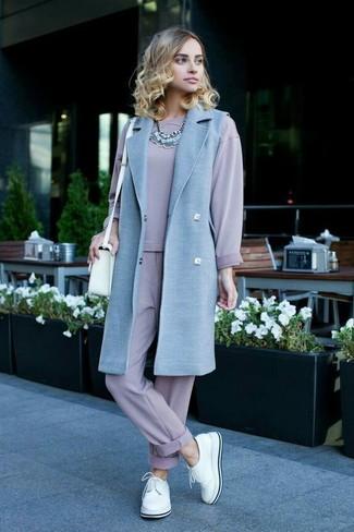 Un abrigo sin mangas celeste y un collar plateado son prendas que debes tener en tu armario. ¿Por qué no añadir zapatos derby de cuero blancos a la combinación para dar una sensación más relajada?