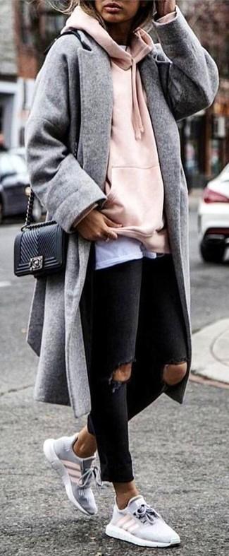 Para seguir las tendencias usa un abrigo gris y unos vaqueros pitillo desgastados negros de mujeres de Saint Laurent. ¿Te sientes valiente? Completa tu atuendo con deportivas grises.